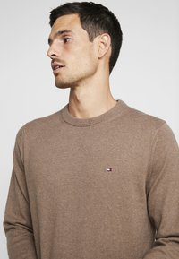 Tommy Hilfiger - PIMA CREW NECK - Neule - brown - 4