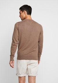 Tommy Hilfiger - PIMA CREW NECK - Neule - brown - 2