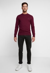 Tommy Hilfiger - PIMA CREW NECK - Stickad tröja - red - 1