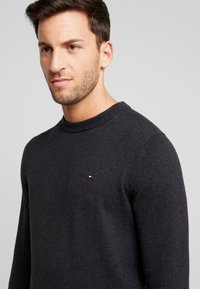 Tommy Hilfiger - PIMA CREW NECK - Jumper - black - 4
