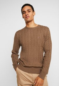 Tommy Hilfiger - CLASSIC CABLE CREW NECK - Stickad tröja - brown - 0