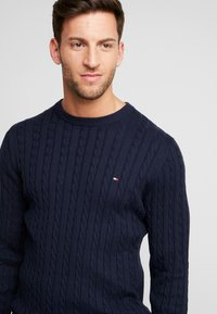 Tommy Hilfiger - CLASSIC CABLE CREW NECK - Neule - blue - 4