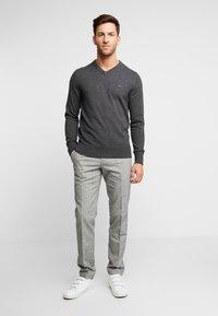 Tommy Hilfiger - PIMA V NECK - Stickad tröja - grey - 1