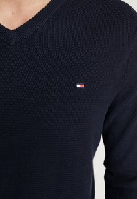 Tommy Hilfiger - STRUCTURED  V NECK - Strikkegenser - blue - 5