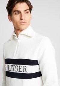 Tommy Hilfiger - CHEST BRANDED ZIP MOCK - Strikkegenser - white - 3