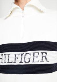 Tommy Hilfiger - CHEST BRANDED ZIP MOCK - Strikkegenser - white - 6