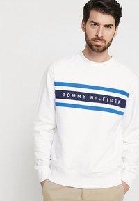 Tommy Hilfiger - LOGO BAND GRAPHIC - Sweatshirt - bright white - 0