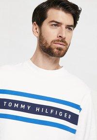 Tommy Hilfiger - LOGO BAND GRAPHIC - Sweatshirt - bright white - 4