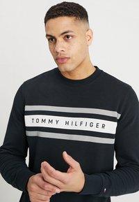 Tommy Hilfiger - LOGO BAND GRAPHIC - Collegepaita - jet black - 4