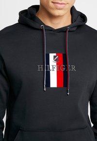 Tommy Hilfiger - FLEX LUXURY ARTWORK HOODY - Felpa con cappuccio - black - 5