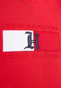 Tommy Hilfiger - LEWIS HAMILTON FLAG LOGO - Hoodie - red - 3