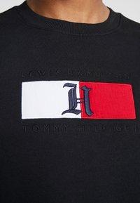 Tommy Hilfiger - LEWIS HAMILTON FLAG LOGO CREW NECK - Mikina - black - 5