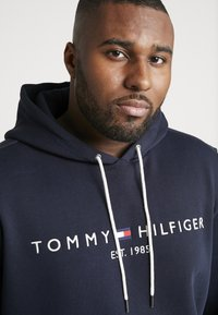 Tommy Hilfiger - CORE HOODY - Jersey con capucha - blue - 4
