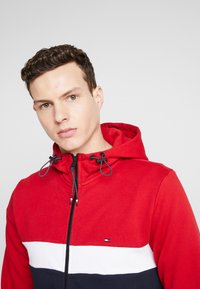 Tommy Hilfiger - COLORBLOCKED HOODED ZIP THROUGH - Mikina na zip - red - 3