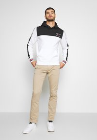 Tommy Hilfiger - BRANDED COLORBLOCK HOODY - Sweat à capuche - white - 1