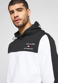 Tommy Hilfiger - BRANDED COLORBLOCK HOODY - Sweat à capuche - white - 5