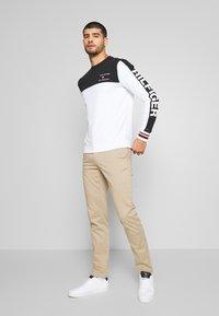 Tommy Hilfiger - BRANDED COLORBLOCK CNECK - Sweatshirt - white - 1