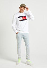 Tommy Hilfiger - LEWIS HAMILTON FLAG CNECK SWEATSHIRT - Sweatshirt - white - 1