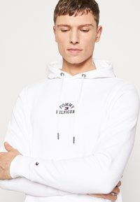 Tommy Hilfiger - BASIC EMBROIDERED HOODY - Hoodie - white - 3