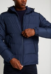 Tommy Hilfiger - HOODED REDOWN BOMBER - Piumino - blue - 6