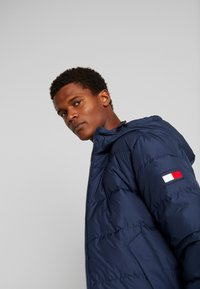 Tommy Hilfiger - HOODED REDOWN BOMBER - Piumino - blue - 0