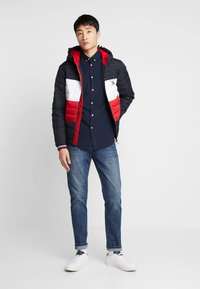 Tommy Hilfiger - COLOURBLOCK HOODED JACKET - Giacca da mezza stagione - blue - 1