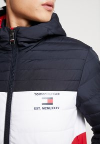 Tommy Hilfiger - COLOURBLOCK HOODED JACKET - Giacca da mezza stagione - blue - 5