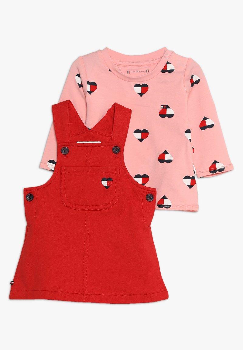 Tommy Hilfiger - BABY DUNGAREE DRESS SET - Kjole - apple red