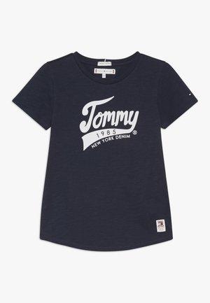 1985 GRAPHIC TEE - T-shirt imprimé - blue