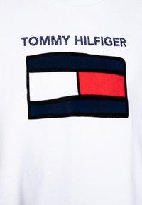 Tommy Hilfiger - FUN GRAPHIC FLAG TEE  - Camiseta estampada - white - 2