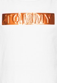 Tommy Hilfiger - LABEL TEE - Camiseta estampada - white - 2