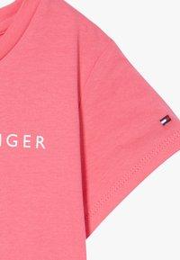 Tommy Hilfiger - ESSENTIAL TEE - T-shirt z nadrukiem - pink - 3