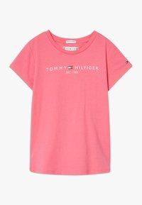 Tommy Hilfiger - ESSENTIAL TEE - T-shirt z nadrukiem - pink - 0