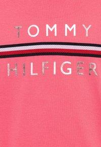 Tommy Hilfiger - FLAG TAPE TEE - T-shirt z nadrukiem - pink - 2