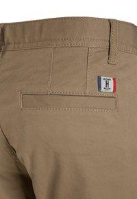 Tommy Hilfiger - BOYS  - Chino kalhoty - khaki - 3