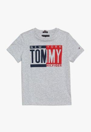 PUFF TEE - T-shirt med print - grey