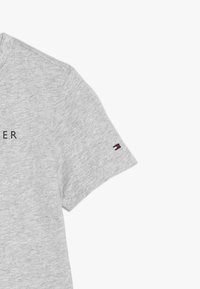 Tommy Hilfiger - ESSENTIAL TEE - T-shirt z nadrukiem - grey - 5