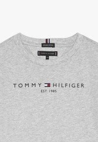Tommy Hilfiger - ESSENTIAL TEE - T-shirt z nadrukiem - grey - 2