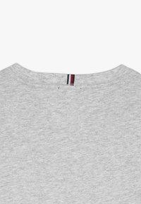 Tommy Hilfiger - ESSENTIAL TEE - T-shirt z nadrukiem - grey - 3