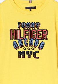Tommy Hilfiger - MULTI APPLICATION FUN TEE - Long sleeved top - yellow - 3