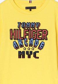 Tommy Hilfiger - MULTI APPLICATION FUN TEE - Longsleeve - yellow - 3