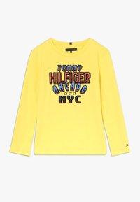 Tommy Hilfiger - MULTI APPLICATION FUN TEE - Longsleeve - yellow - 0