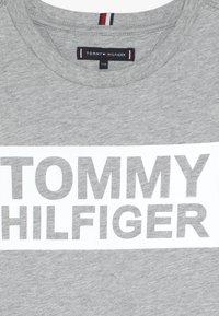 Tommy Hilfiger - SPECIAL TEE - Triko spotiskem - grey - 4