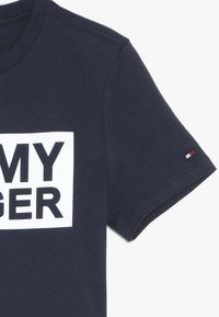 Tommy Hilfiger - SPECIAL TEE - T-shirt med print - blue - 2