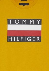 Tommy Hilfiger - ESSENTIAL TEE - Printtipaita - yellow - 3
