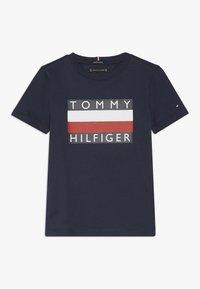 Tommy Hilfiger - ESSENTIAL TEE - Triko spotiskem - blue - 0