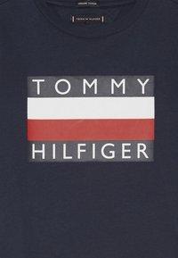 Tommy Hilfiger - ESSENTIAL TEE - Triko spotiskem - blue - 3