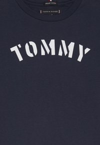 Tommy Hilfiger - ESSENTIAL GRAPHIC TEE - T-shirt z nadrukiem - blue - 3
