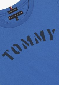 Tommy Hilfiger - ESSENTIAL GRAPHIC TEE - T-shirt print - blue - 4