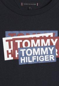 Tommy Hilfiger - STICKER PRINT - Top sdlouhým rukávem - blue - 4